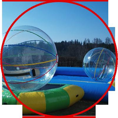 Můžete si půjčit trampolínu, aquazorbing nebo lodičky
