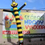 Fotografie 3. Nafuk ovací tančící panák – včela