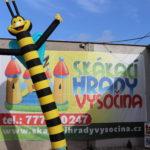 Fotografie 4. Nafuk ovací tančící panák – včela