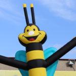 Fotografie 6. Nafuk ovací tančící panák – včela